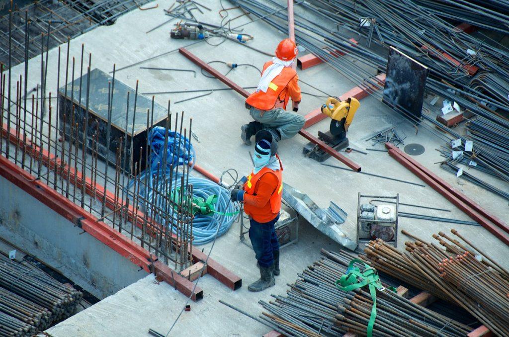 contructeur à l'oeuvre sur un chantier et Devis construction maison neuve